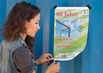 mockup-template-of-a-girl-taping-a-poster-to-a-wall-a10413 (1) Kopie
